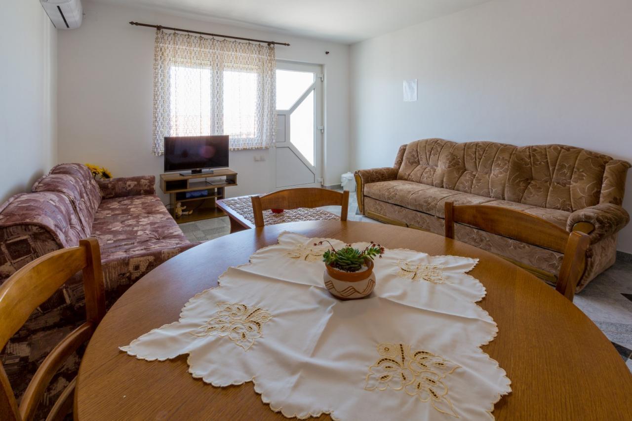 50 m fewo im erdgeschoss mit swimmingpool gro er terrasse objekt nr 13247. Black Bedroom Furniture Sets. Home Design Ideas