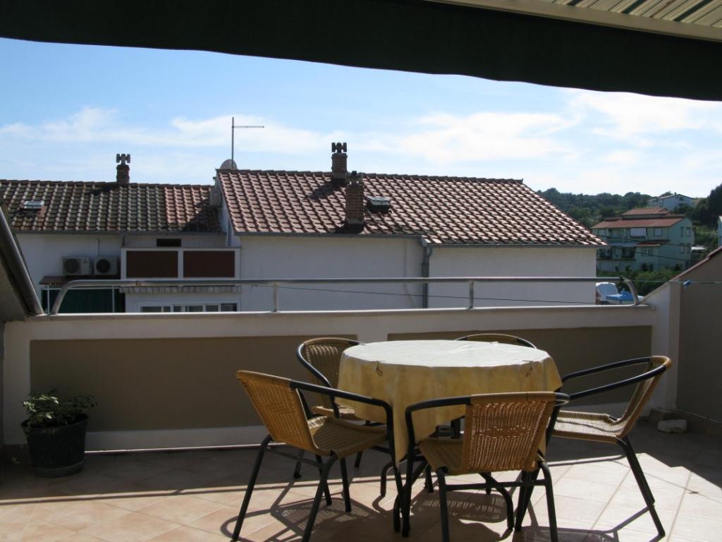 whg im dach mit klima eigenen balkon. Black Bedroom Furniture Sets. Home Design Ideas