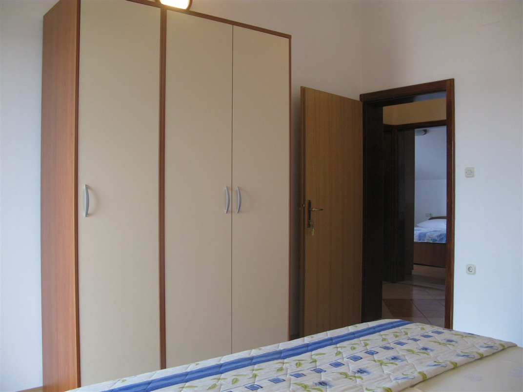dachgescho wohnung mit meerblick swimmingpool und gril im garten objekt nr 9679. Black Bedroom Furniture Sets. Home Design Ideas